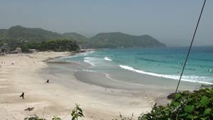 伊豆の入田浜でサーフィン