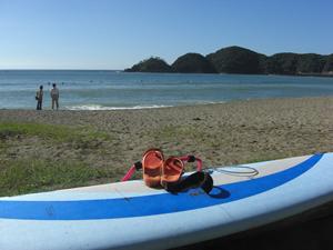 伊豆の弓ヶ浜でサーフィン