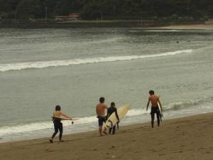 伊豆の弓ヶ浜でロングボードでサーフィン