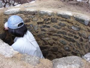 内面壁を仕上げる(伊豆炭窯)