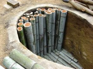 竹を詰める(伊豆炭窯)