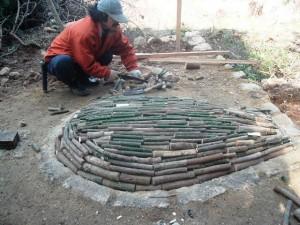炭窯の天井つくり(伊豆炭窯)