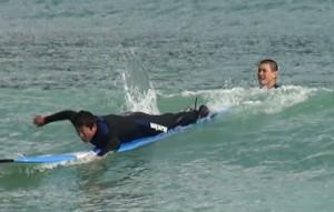 1人で波待ちして、1人で方向転換して、1人でパドリングして、1人で波をつかんで、1人でサーフボードの上に立つ