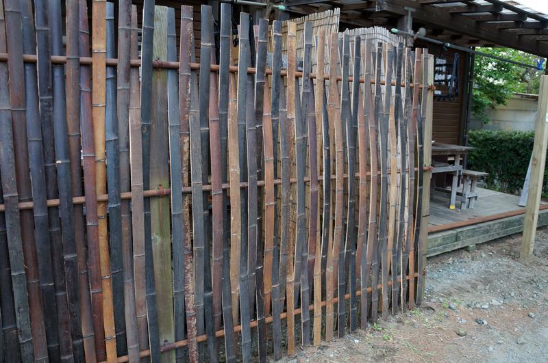 炭窯で燻した孟宗竹で竹壁を造る 燻竹壁(スモークウッド)