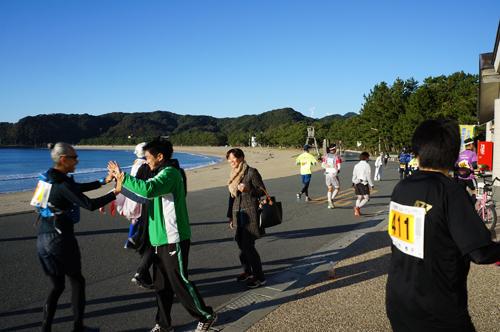 南伊豆町ウルトラマラソンで12km地点の弓ヶ浜エイドステーション前