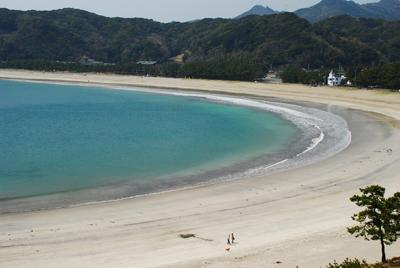 1kmに渡る白砂ビーチの弓ヶ浜