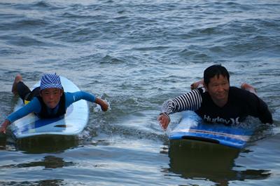 弓ヶ浜でサーフィン体験、初めての子供でも立てます!