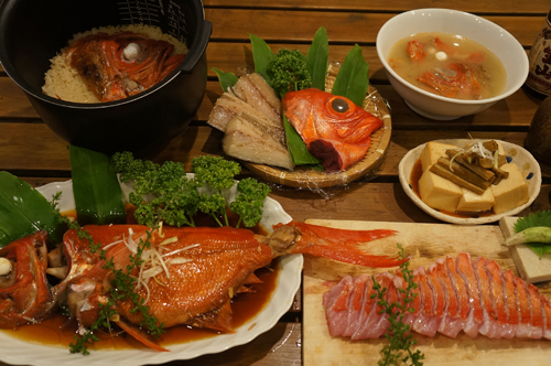 南伊豆漁師自慢の1kg地金目鯛(ジキンメ)を丸ごと1匹使って、刺身、煮付け、塩焼き、鯛めし、あら汁の5品で食べるコース。1kg級ジキンメは地元魚屋でも数千円する超高級魚。毎年漁獲量も減り幻の魚になりつつある。