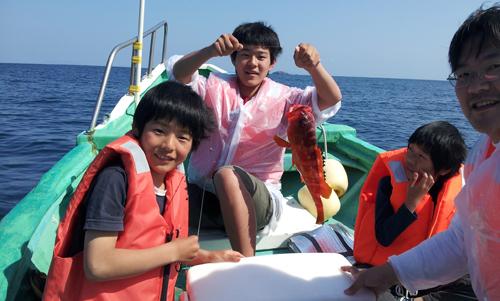 50cmの高級魚アカハタを抜き上げて大興奮の3兄弟、さすが兄貴っ!