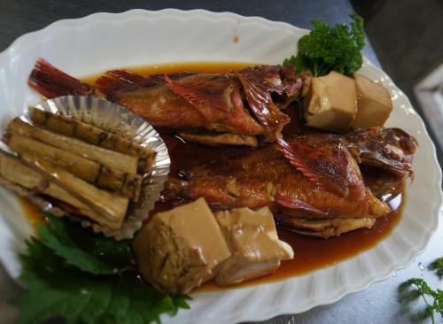 船釣りで釣った魚は船長のコテージオーナーが無料で調理して夕食に出します。
