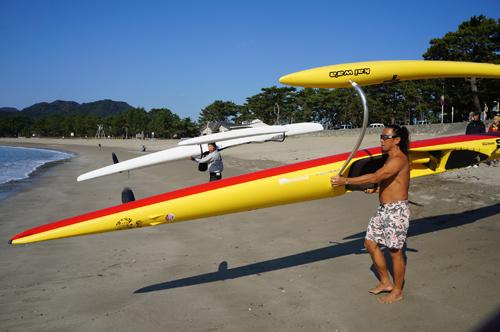 南伊豆シーカヤックの伝道者塩島さんのアウトリガーカヌー OC-1の入水式(2012年11月14日)