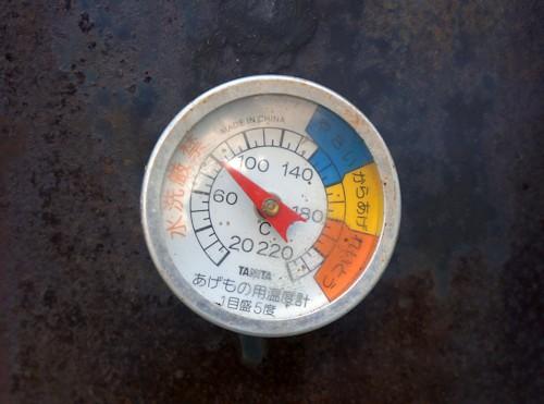 燻製機の温度計、温燻70度前後