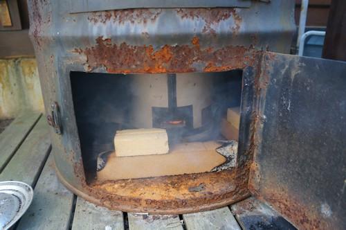 熱源は炭火にこだわる、電熱器とは味が違います