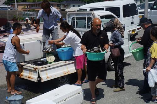 駿河丸の朝獲れタカベの朝市には住民が行列します。