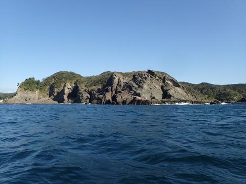 弓ヶ浜から2km沖のタライ岬(荒神)を沖から見る