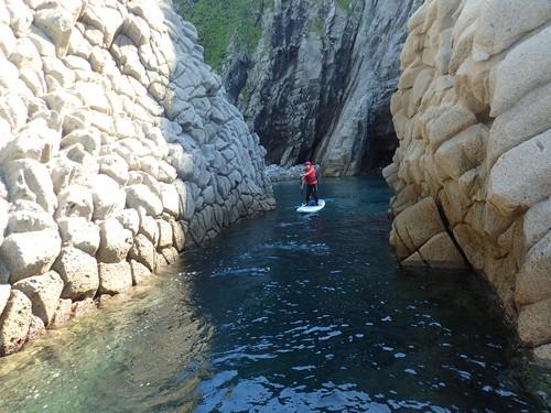 柱状節理の岩の間の水路を漕ぐ