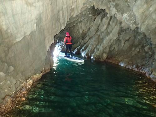 「青の洞窟」の壁は蛎殻で接触すると出血します