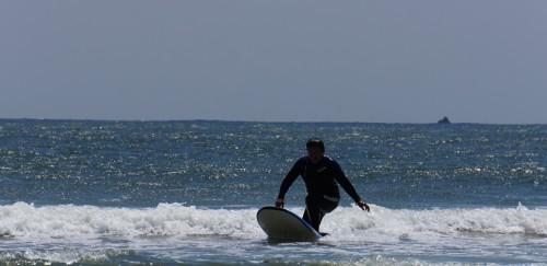 弓ヶ浜でロングボードを楽しむ