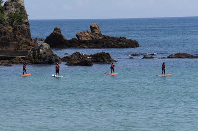 弓ヶ浜ではサップ体験もできます。