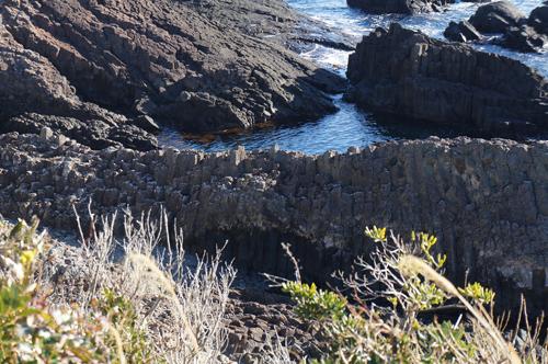 爪木崎の柱状節理、俵磯とも呼ばれ6角形の「俵石」が切り出された。
