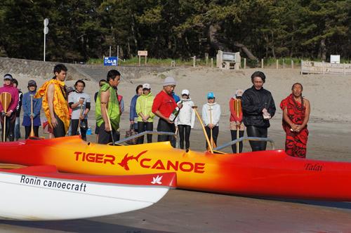 """塩島さんの3人乗りアウトリガーカヌー OC-3""""Talai""""の新艇進水式(2013年3月2日)"""