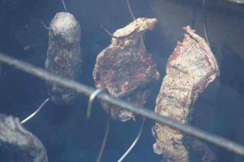 チップからスモークが出てきたら猪バラ肉をつるす