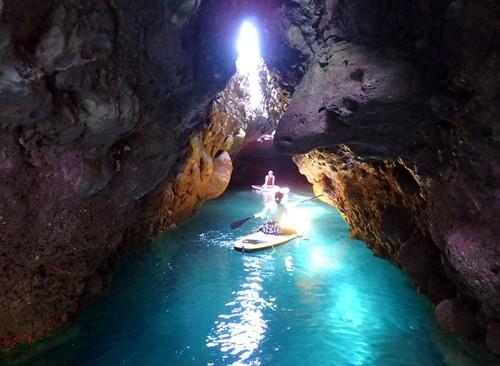 タライ岬手前の路地を入ると青の洞窟がある