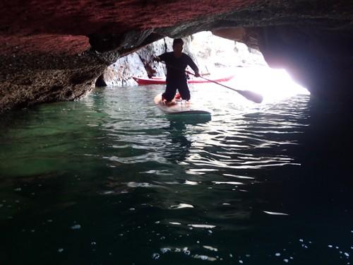 柱状節理の岸壁には無数の「青の洞窟」がある