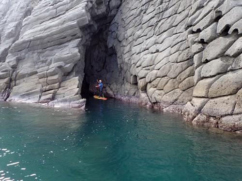 柱状節理の白い岸壁には、無数の「青の洞窟」がある。