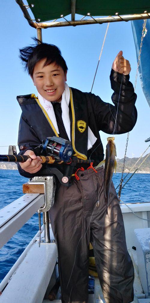 弓ヶ浜の家族貸切の釣り船ツアーでイサキを釣り上げる