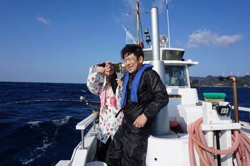 ワイルドな海で親子が一緒になって釣り上げる1匹はプライスレス